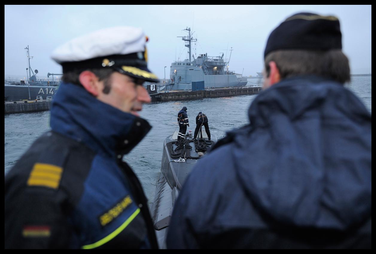 Das Marine-U-Boot U17 lässt das militärische Speerrgebiet des Kieler Hafens hinter sich. U-Bootkapitän Frederic Strauch (32) gibt dem Steuermann letzte Anweisungen für das Auslaufen auf hohe See. Noch ist das Meer ruhig am Morgen des 7. Mai. An Bord des 35 Jahre alten U-Bootes befinden sich 25 Marinesoldaten und 8 Torpedos.