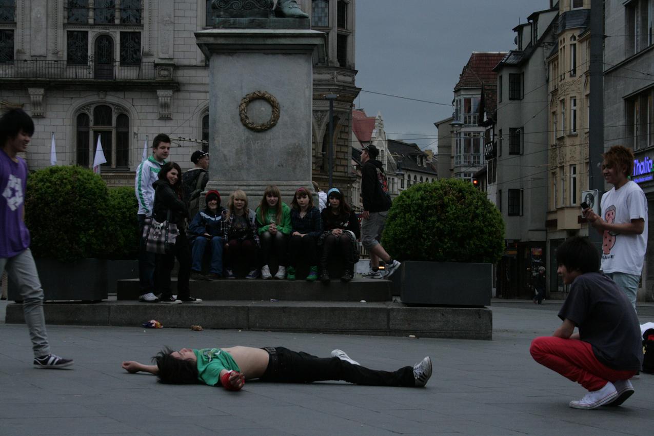 Hoang nach einem Spin- Am Händeldenkmal eine neugierige Mädchenschar