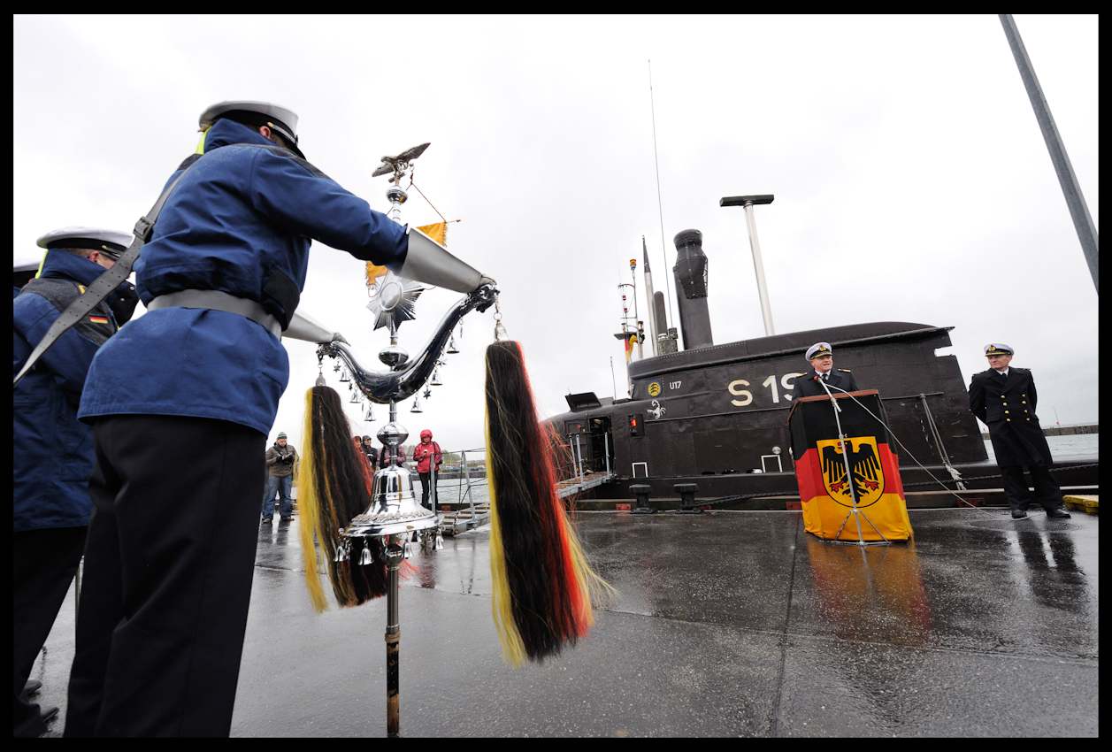 Mit militärischen Ehren wird die Mannschaft des Marine-U-Bootes mit dem Kennzeichen U17 im Heimathafen von Eckernförde empfangen. Nach mehr als hundert Tagen Anti-Terror-Einsatz wird die Ankunft der Mannschaft vom Kommandeur des ersten U-Bootgeschwaders, Fregattenkapitän Patrick Rothehuser, mit einer Begrüßungsrede gefeiert.