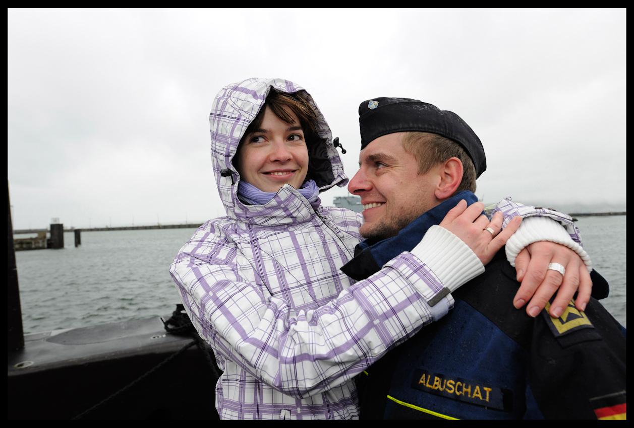Wiedersehensfreude nach langer Zeit auf hoher See. Karin begrüßt ihren Mann Matthias Albuschat leidenschaftlich. Der Oberbootsmann aus Altenholz war mehr als hundert Tage im Anti-Terror-Einsatz. Zwei Wochen Urlaub und ein Bad warten jetzt auf den erfahrenen Seemann.