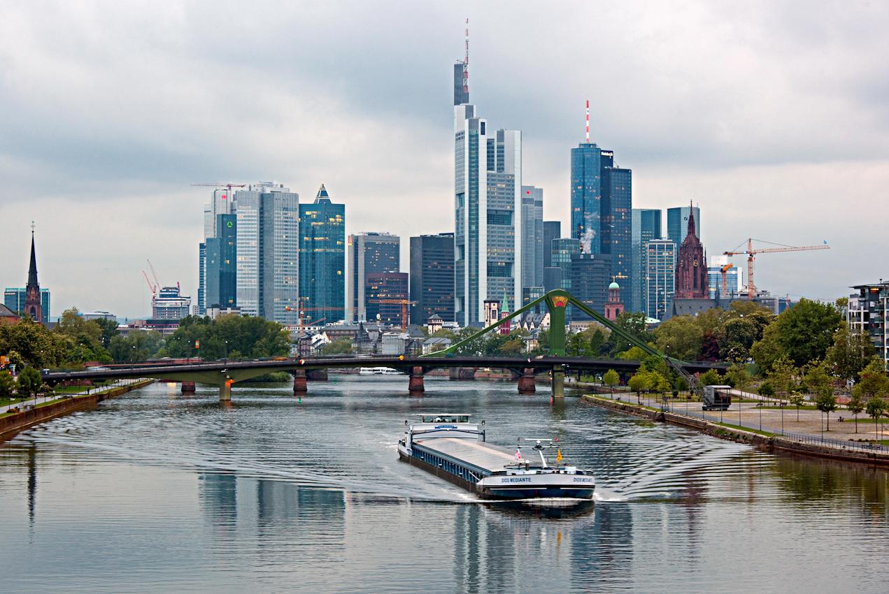 Blick auf die Frankfurter Skyline und die Floesserbruecke . Binnenschiff Dios Mediante .
