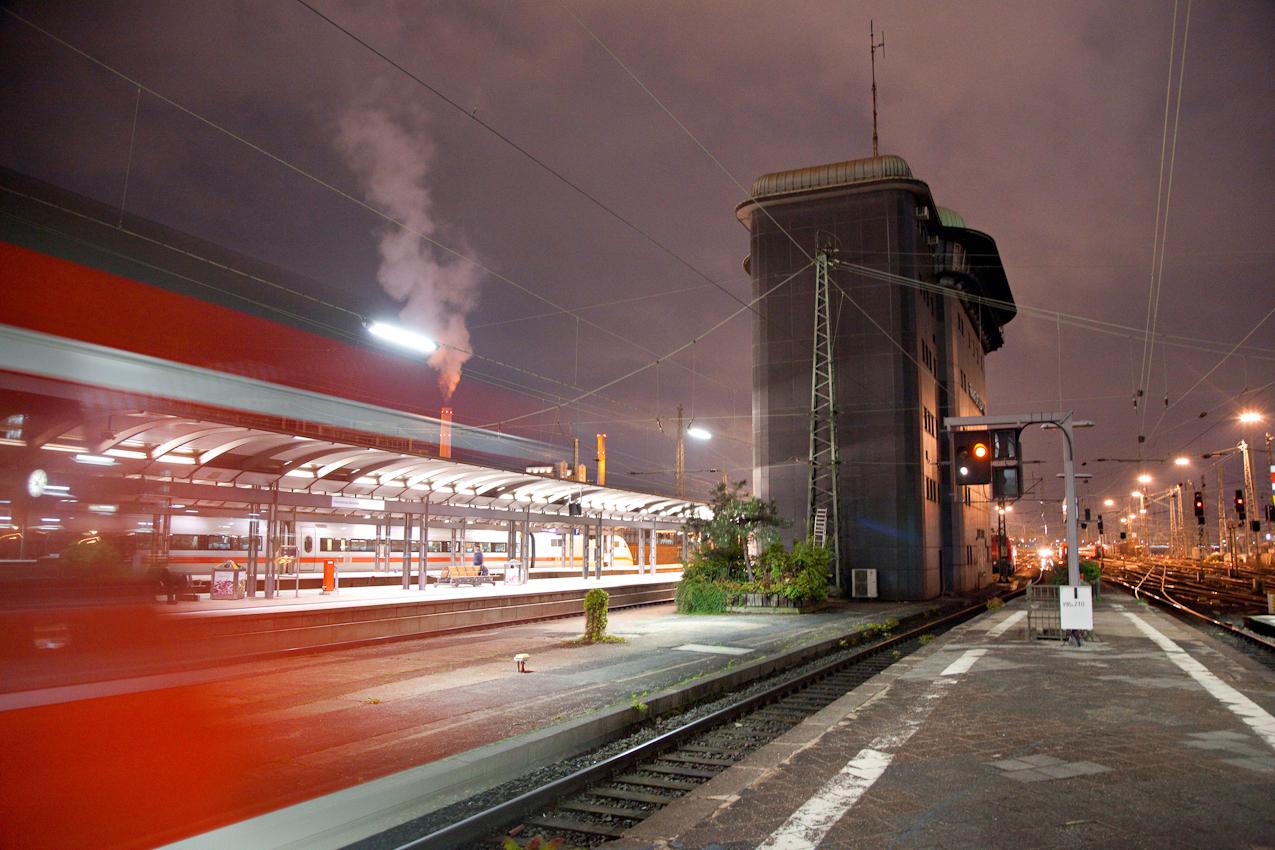 Das stillgelegte alte Stellwerk im Frankfurter Hauptbahnhof zwischen Gleis 9 und Gleis 10 am Rand des Gleisvorfeldes.