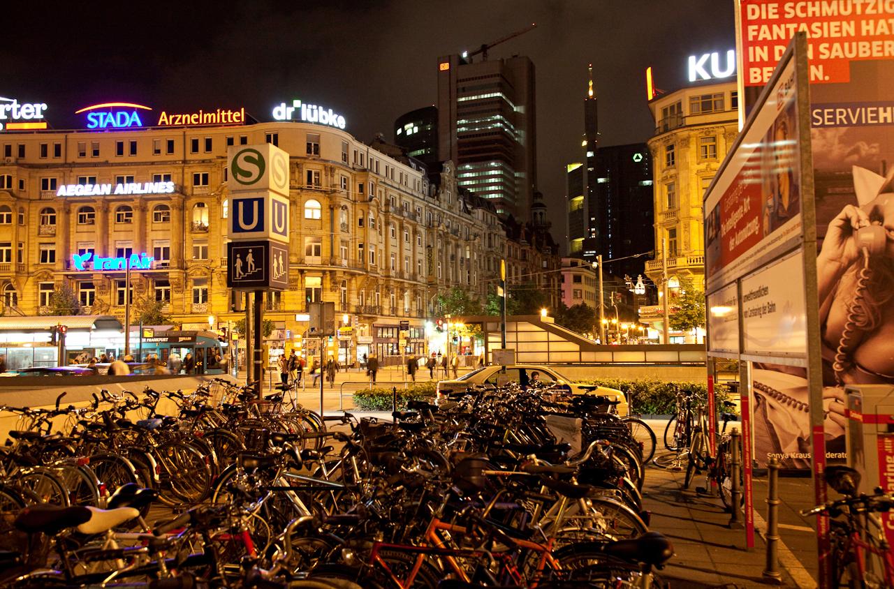 Fahrradparkplatz auf dem  Bahnhofsvorplatz in Frankfurt am Main. Im Hintergrund die Kaiserstrasse.