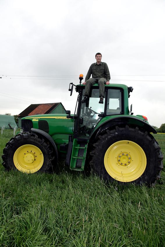 Fur Florian steht schon lange fest, dass er selbst wie seine Eltern in der Landwirtschaft beruflich arbeiten möchte. Er verbringt einen Großteil seiner Freizeit auf dem elterlichen Hof in Bonen-Lenningsen und ist im Arbeitsplan voll integriert.