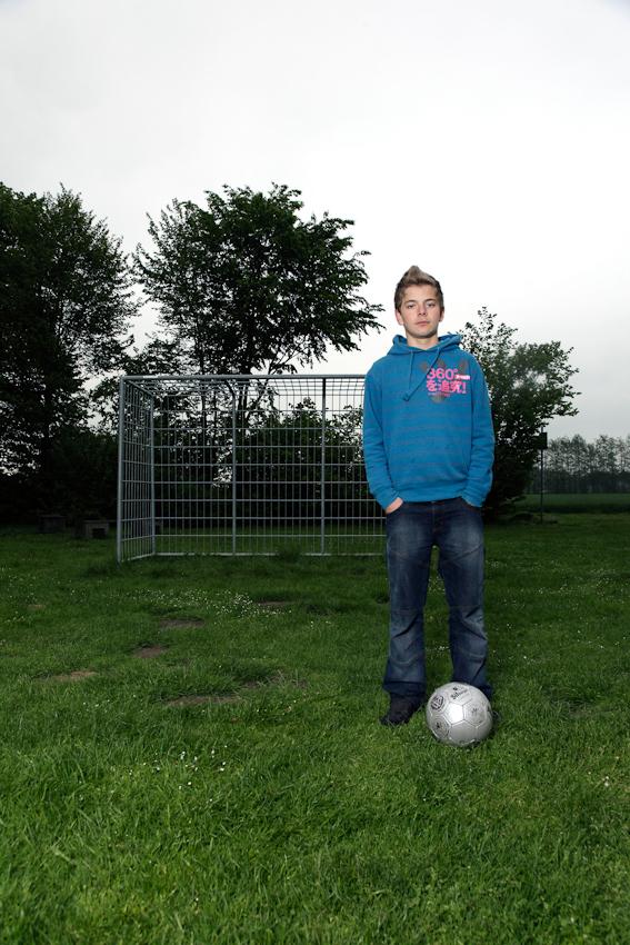 """Als Gegenpol zu """"Mädchen und Pferd"""" darf """"Jungen und Fußball"""" nicht fehlen: Denis, der zu der Clique aus Unna-Lunern gehort, übte sich im Kicken, wahrend die anderen grillten."""