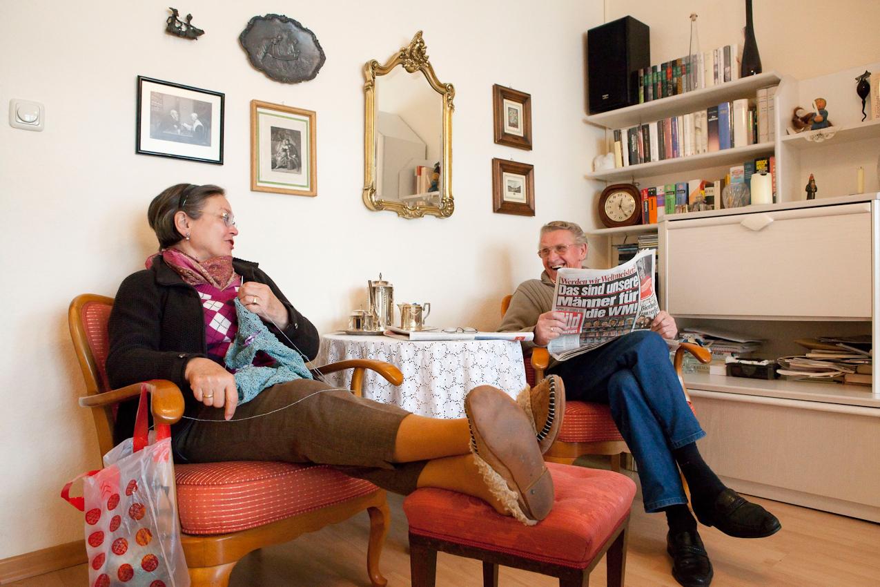 """Elizabeta (68 Jahre) und Karl-Willi (79 Jahre) aus Frankfurt/Main sind frisch verliebt. Sie sind seit zwei Jahren ein glückliches Paar und vor drei Monaten zusammengezogen. Sie genießen ihr gemeinsames Rentnerdasein in vollen Zügen: Sie sind sehr aktiv, gehen gern zu kulturellen Veranstaltungen und gehen regelmäßig tanzen. Elizabeta liebt Stricken, Karl-Willi liest täglich die Bildzeitung. Elizabetha hasst sie.  Zitat Elizabeta: """"Manchmal haben wir kleine Machtkämfchen: Ich mag seine Zeitung nicht. Noch nie, schon als junger Mensch hat es mich gewürgt, immer wenn ich diese Bildzeitunglettern gesehen habe. Furchtbar! Da kam bei mir nichts rüber, nur Aggression!"""" Willi: """"Siehst du, und das macht mir überhaupt nichts."""" Elizabeta: """"Ja weil du Betablocker nimmst! Ich habe ja auch keine Betablocker!"""""""