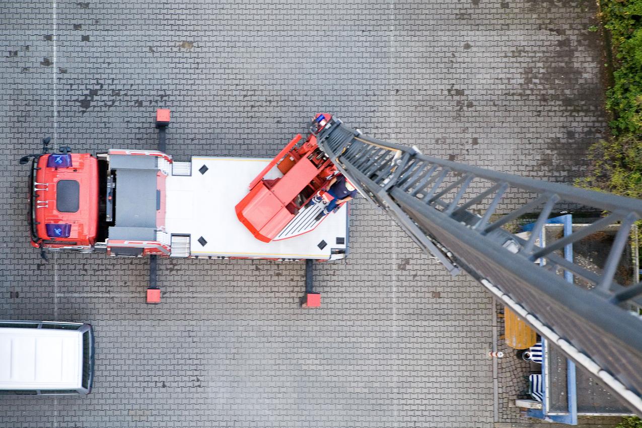Bei jedem Schichtwechsel der Feuerwache Neukölln werden alle Fahrzeuge und Geräte auf ihre Funktion geprüft. Dabei wird auch die Drehleiter auf ihre volle Höhe von 30 Metern ausgefahren.