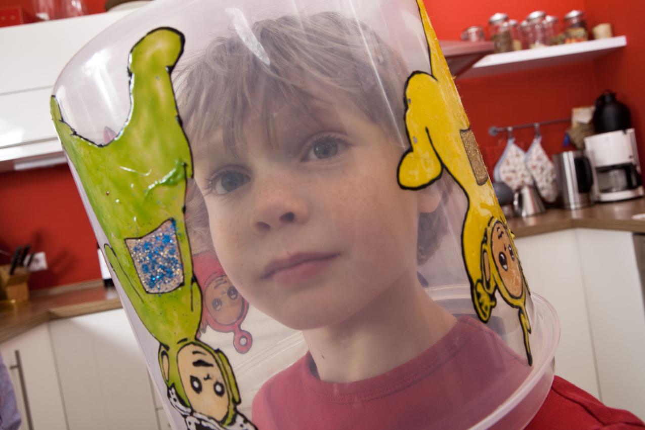 Linus hat sich einen Teletubbies Mülleimer uber den Kopf gestülpt