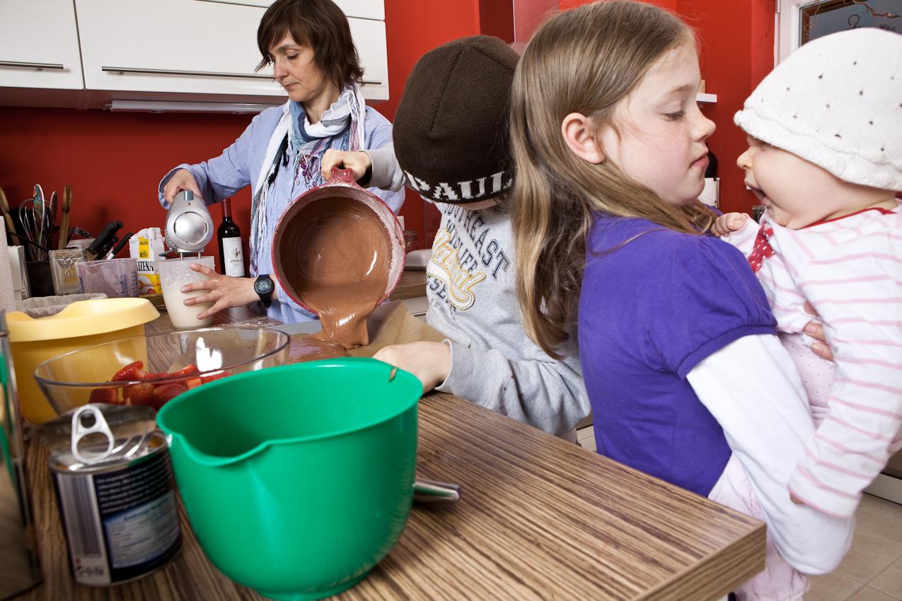 Cordula backt mit den Kindern Moritz und Luca einen Kuchen und Cara schaut zu.