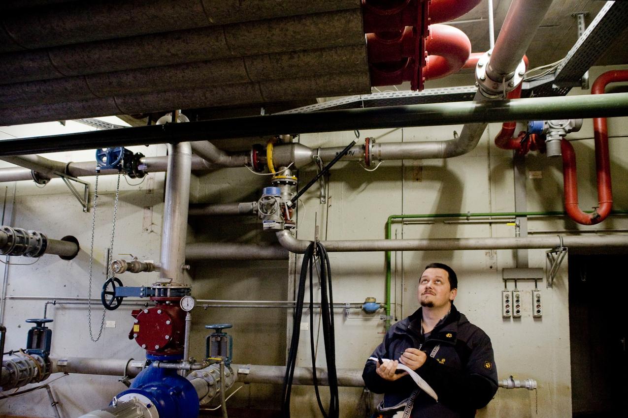 Nagold, BaWu, Deutschland: Wärmeingenieur Michael Klotsche studiert die Leitungen im Klarwerk Nagold. Die Wissenschlaftler von Addlogic Labs möchten den Klärschlamm der Anlage nutzbar machen und besuchen zu diesem Zweck die Anlage um sich mit den dortigen Gegebenheiten vertraut zu machen.