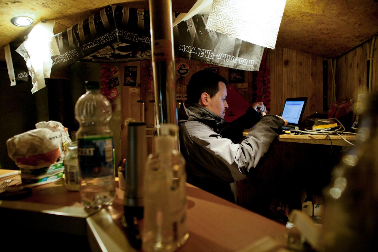 Jettingen, BaWu, Deutschland: In einer Scheune steht der Versuchsreaktor zusammen mit Gerätschaften des Bauernhofes und einem kleinen Bauwagen. Der Bauwagen ist Aufenthaltsraum, Kantine und Schaltzentrale, in dem alle Daten zusammen laufen. Wärmeingenieur Michael Klotsche uberwacht regelmäßig die Messdaten im Prozessreaktor und notiert sich die Zahlen.