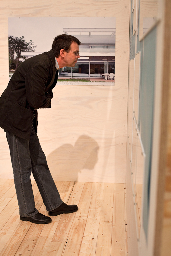"""Freitagabend wurden im Museum MARTa Herford drei verschiedene Architektur-Ausstellungen eröffnet. Vernissagebesucher in der Ausstellung """"Richard Neutra in Europa. Bauten und Projekte 1960 bis 1970""""."""