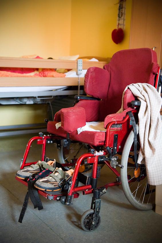 Nicole Spiegel ist eine Bewohnerin des Jakob-Riedinger-Hauses in Würzburg, einem Wohn- und Wohnpflegeheim für Menschen mit Behinderung. Der Bezirk Unterfranken hat sich die psychiatrische und neurologische Versorgung der unterfränkischen Bevölkerung zur wichtigsten gesundheitspolitischen Aufgabe gemacht. Sie zeigt, wie sie in ihren Tag startet. Außerhalb ihres Bettes ist Nicole auf einen Rollstuhl angewiesen.