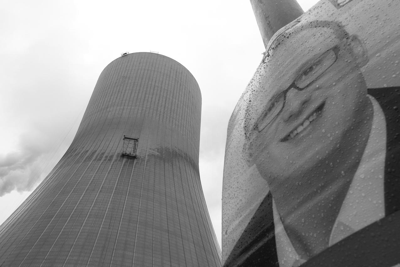 Postleitzahl 47178 Duisburg Walsum: Mitarbeiter einer Korrosionsschutzfirma arbeiten an der Aussenhuelle des neuen Kuehlturms des Hitachi Power Europe Steinkohleheizkraftwerks in Duisburg Walsum.Der 180 Meter hohe Kuehlturm wird vor dem Anstrich von Unreinheiten gesaeubert. Im Vordergrund, ein Wahlplakat zur Wahl in NRW.