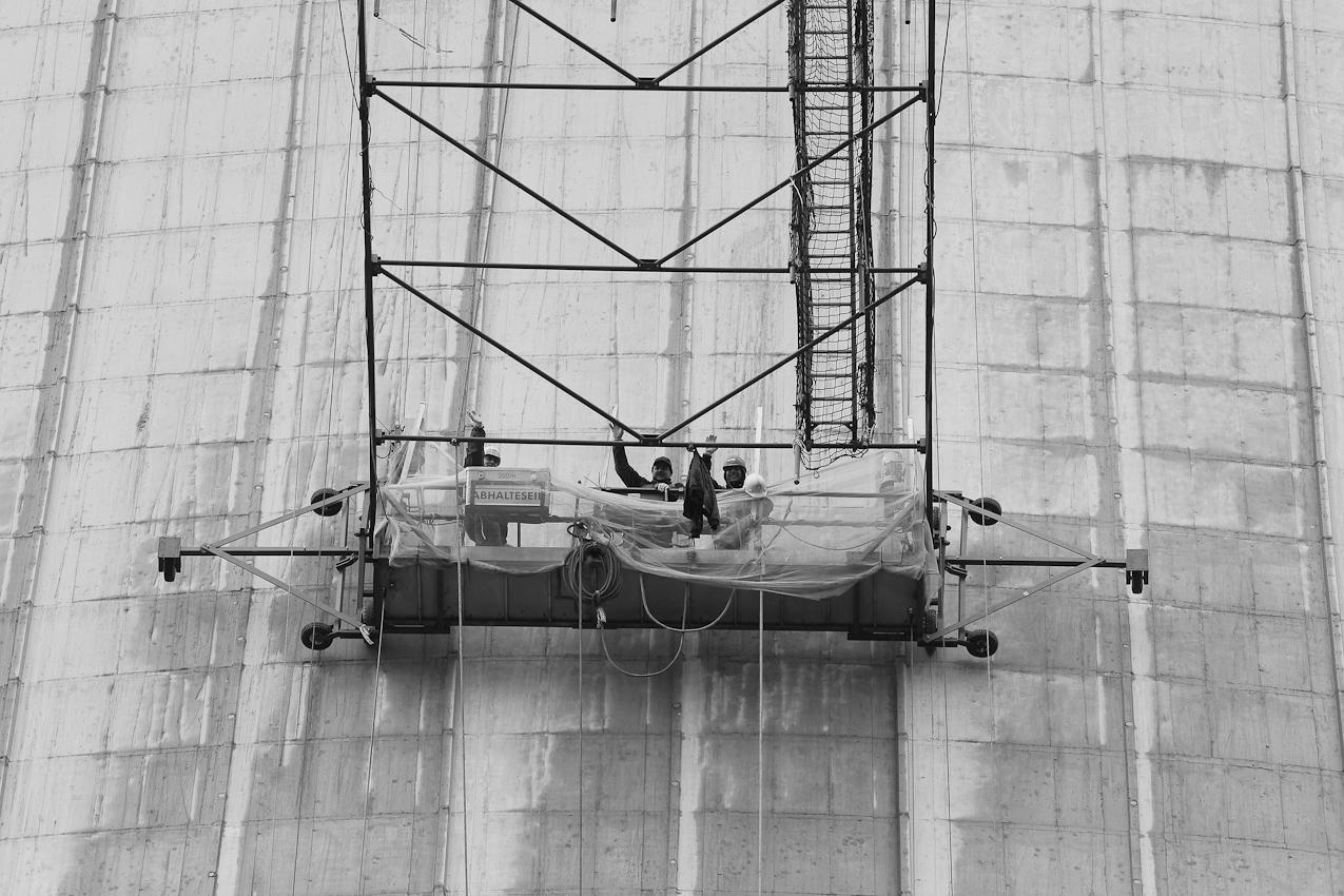 Postleitzahl 47178 Duisburg Walsum: Mitarbeiter einer Korrosionsschutzfirma arbeiten an der Aussenhuelle des neuen Kuehlturms des Hitachi Power Europe Steinkohleheizkraftwerks in Duisburg Walsum.Der 180 Meter hohe Kuehlturm wird vor dem Anstrich von Unreinheiten gesaeubert.