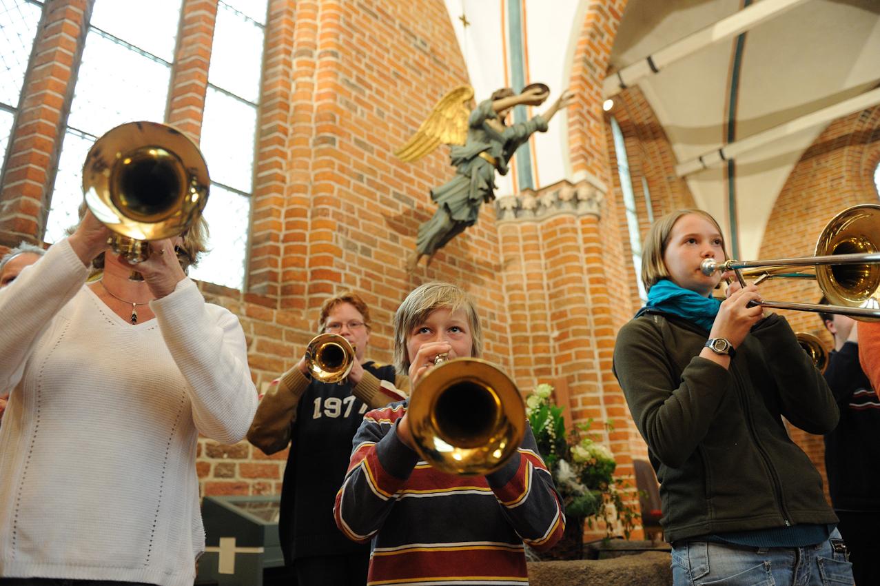 1156 wurde in Lütjenburg der Grundstein für die Kirche gelegt. Der Michaelis Bläserchor der Kantorei der Michaeliskirche probt einmal in der Woche für das Sommerkonzert unter der Leitung von Ralf Popken. Das jüngste Mitglied unter dem Engel ist 11 Jahre alt.