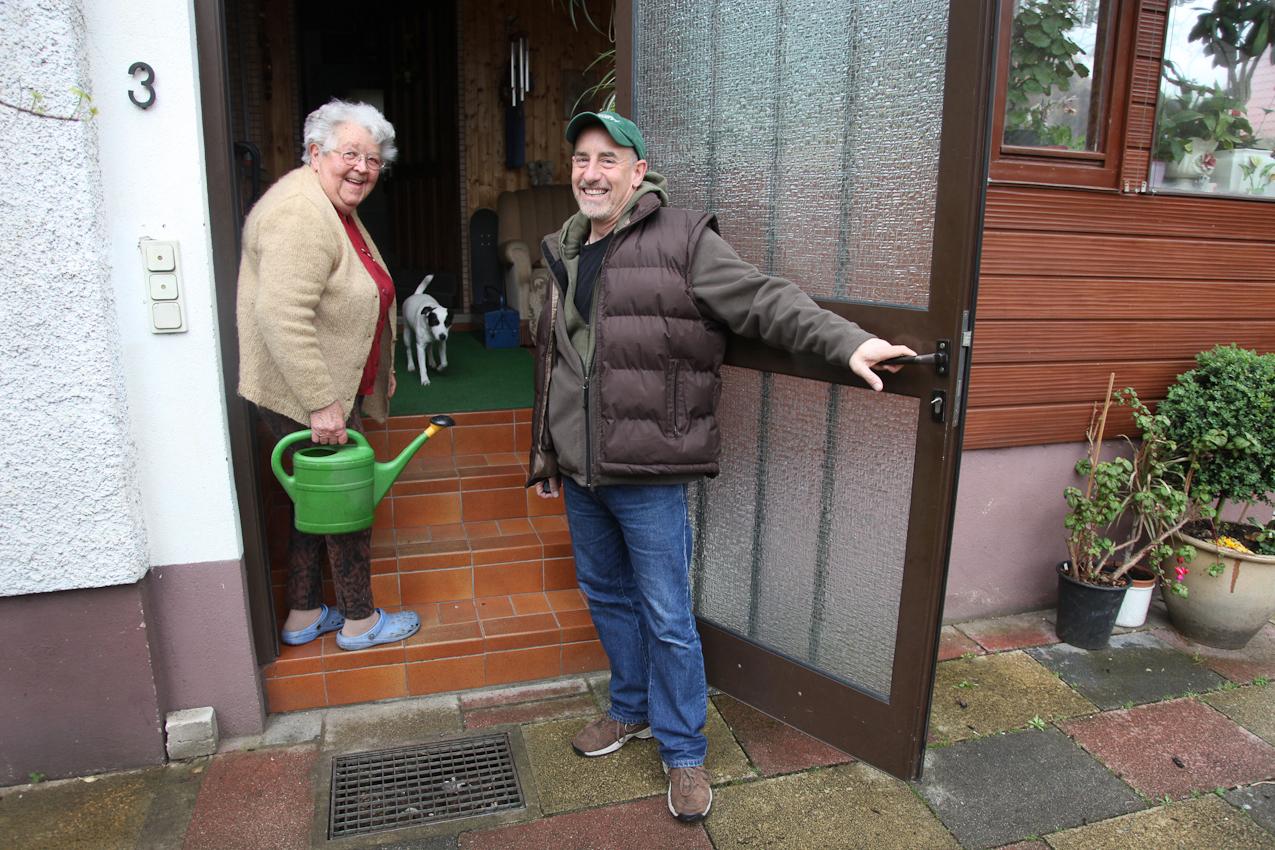 TDG -  Jim Albright verlaesst um 09.30 Uhr sein Zuhause und verabschiedet sich von Schwiegermutter Ilonka Gjarmati, der er an der Haustuer begegnet. FreeLens Projekt 'Ein Tag Deutschland' Ein Tag mit Jim Albright, Fotojournalist fuer die Fraenkische Landeszeitung (FLZ) in Ansbach, Bezirkshauptstadt Mittelfranken;