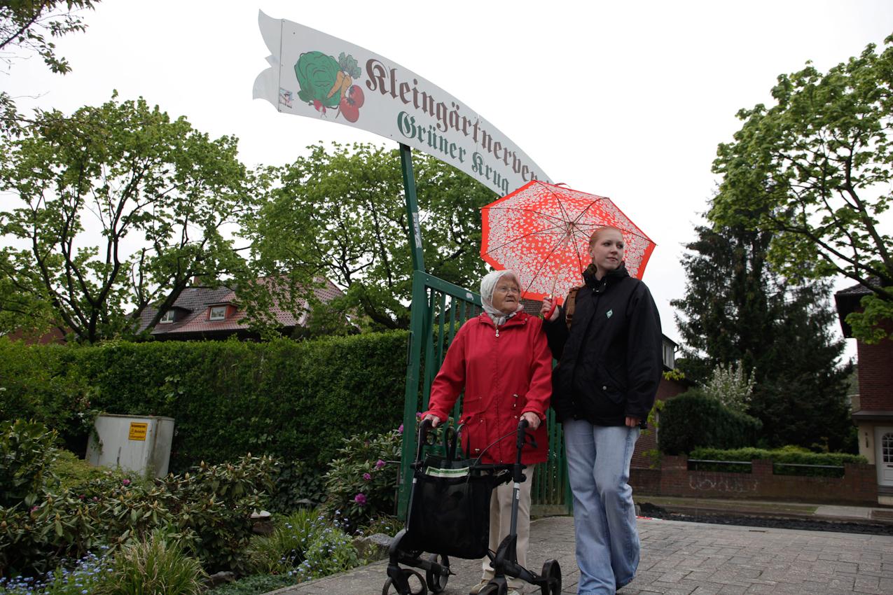 """Das Wohn-Duo Gisela H. (77) und Swantje B. (22) auf dem Weg zu Giselas Schrebergarten in Münster, Westfalen.Sie sind Teilnehmer des Projektes """"Wohnen fur Hilfe"""" und leben seit Herbst 2009 unter einem Dach. Die Studentin Swantje zahlt keine Miete und leistet pro qm eine Stunde Hilfe im Monat."""