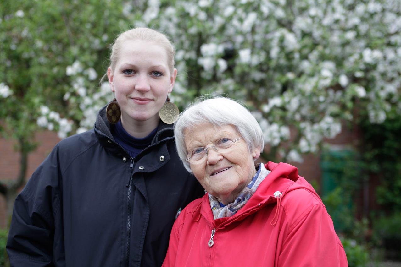"""Das Wohn-Duo Gisela H. (77) und Swantje B. (22) in Giselas Schrebergarten in Münster, Westfalen. Sie sind Teilnehmer des Projektes """"Wohnen fur Hilfe"""" und leben seit Herbst 2009 unter einem Dach. Die Studentin Swantje zahlt keine Miete und leistet pro qm eine Stunde Hilfe im Monat. Gisela ist Witwe und braucht Unterstützung im Haus und Garten."""