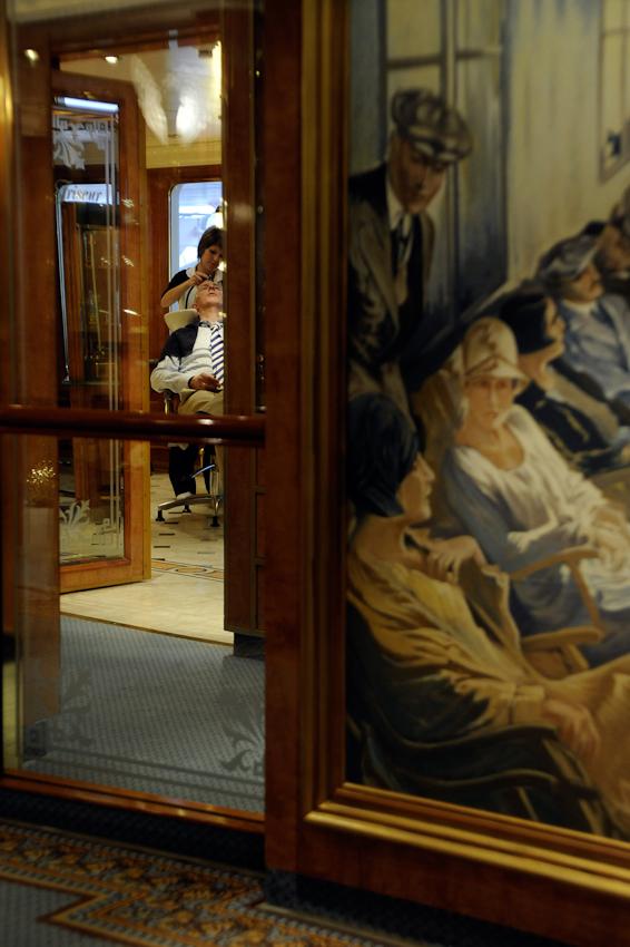 Auf dem Kreuzfahrtschiff MS Deutschland. Fenster zum Frisör.