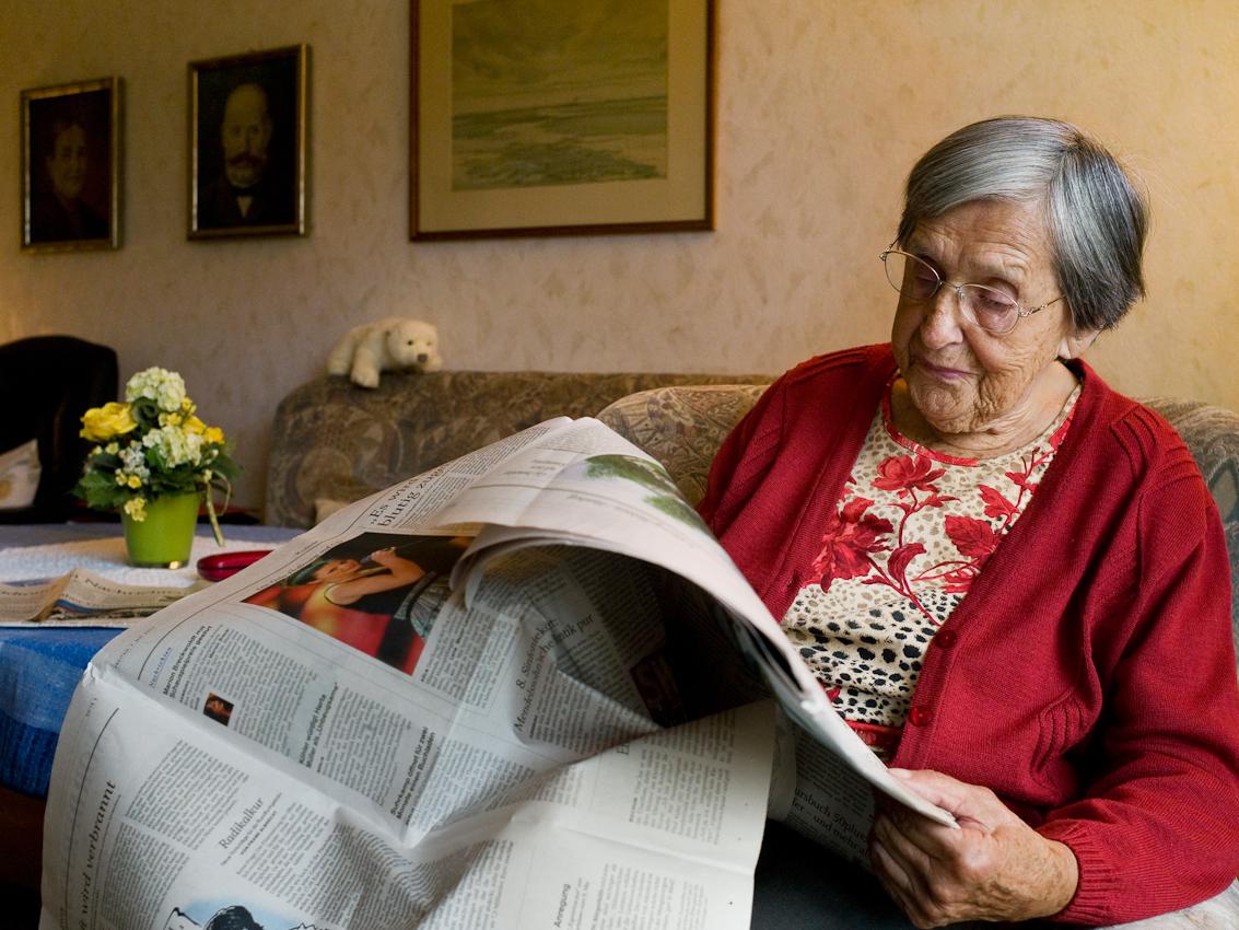 Meine Oma liebt es morgens nach dem Frühstück in ihrem Sessel im Wohnzimmer ihre Zeitung zu lesen.  Bis Herbst 2008 hat Sieglinde seit 1944 mit ihrer verstorbenen Zwillingsschwester Gerlinde zusammen in Klixbüll gelebt. Jetzt betreut die Familie sie und ihre altere Schwester Ali, die 2008 nach Klixbüll gezogen ist. Sieglinde Rathke, 91, in ihrem Wohnzimmer in 25899 Klixbüll, Nordfriesland am Freitag, den 7. Mai 2010.