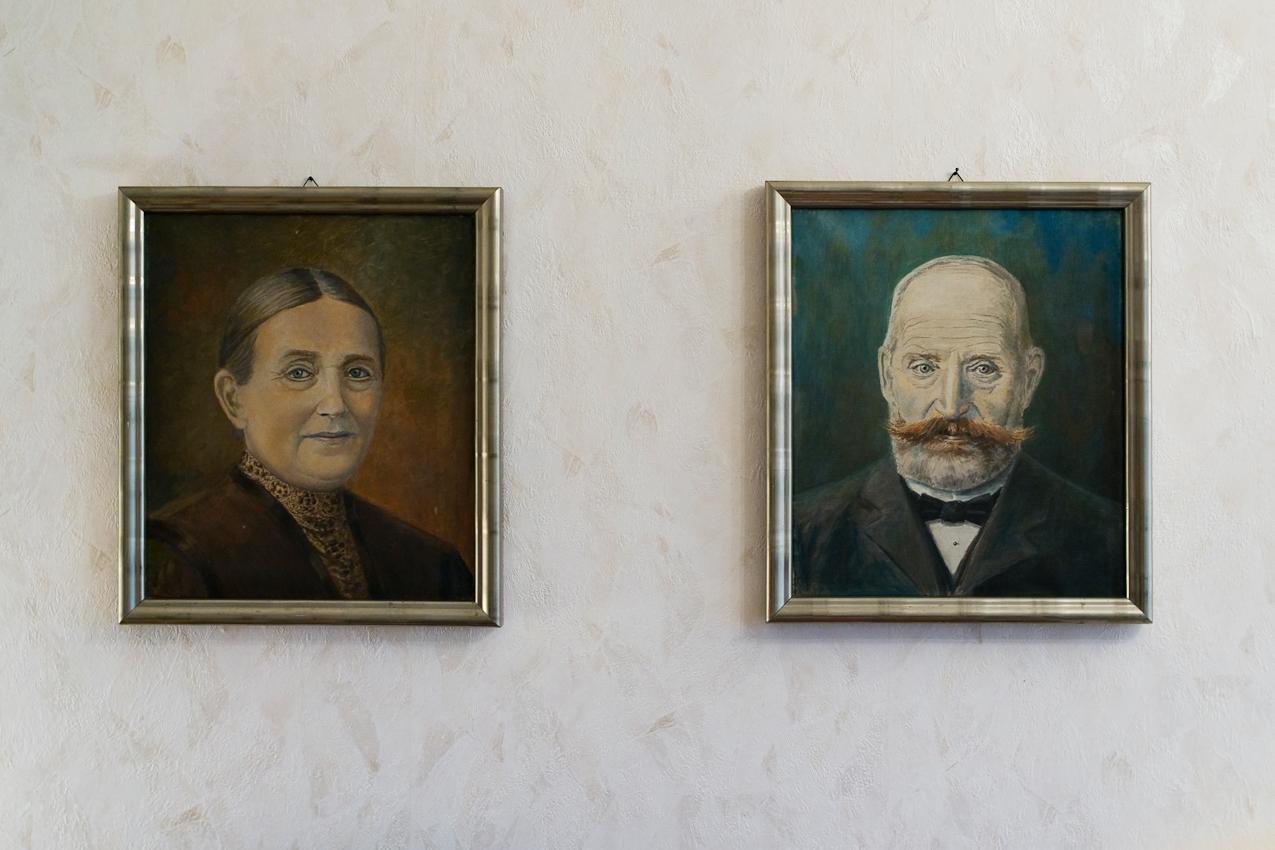 Eine wichtige Erinnerung an ihre Jugendzeit sind für Sieglinde die Portraits ihrer Großeltern Frauke Elsbea und Nikolaus Ludewig aus Heide; die der Vater von Ali und Sieglinde gemalt hat.; Fotografiert am 7.5.2010 im Wohnzimmer von Sieglinde Rathke (91) in 25899 Klixbüll; Nordfriesland.