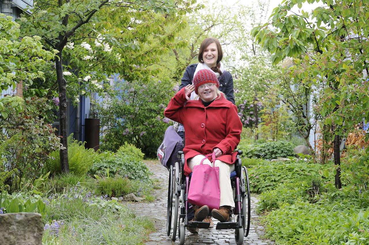 Keke, eine junge Frau, 18 Jahre, lebt mit dem Down-Syndrom (Trisomie 21). Die Familie versucht ein normales Leben zu führen. Keke ist meist gut drauf, selten erlebt man sie traurig oder verzagt. Sie nimmt das Leben wie es ist. Auf dem Foto wird sie von einer Betreuerin zur Schule gebracht. Kurze Strecken kann sie selbst laufen.