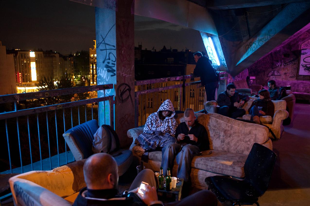 Das Kunsthaus TACHELES in Berlin ist seit 20 Jahren ein Brennpunkt fur aktuelle Kunst und Theaterevents; Nun droht den Tacheles-Künstlern die Räumung, denn nach Plänen der Fundus-Gruppe soll das Gelände in ein Luxusareal umgewandelt werden. HIER: Attraktion des Tacheles (21:50)  ist auch die OFFENBAR mit Blick uber Berlin-Mitte.
