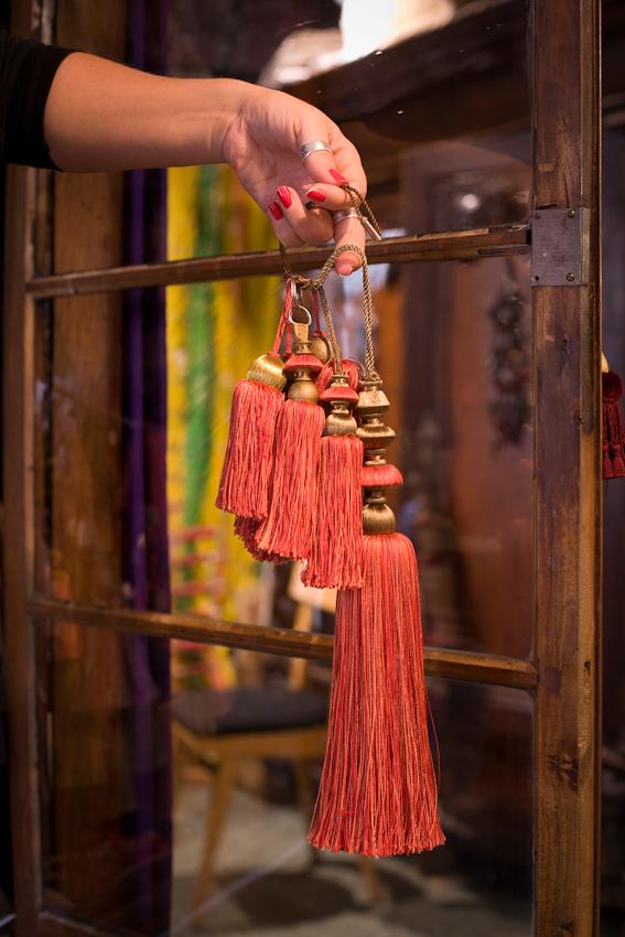 Seit 1865 fertigt das Geschaft Posamenten-Müller in München in traditioneller Handwerkstechnik Kordeln, Borten, Raffseile, Raffhalter, Treppenseile, Quasten, auch Posamenten genannt, an. In dem alten Schrank im Ladengeschäft befinden sich unzählige Schlüsselquasten. Originalgetreue Repliken und individuelle Kundenideen werden umgesetzt. Es wird auch auf das hauseigene Archiv an Stilvorlagen zuruckgegriffen. Simone Howe zeigt eine originalgetreue Replik einer Quaste aus dem Bild der Alexanderschlacht (Schlacht bei Issos im Jahre 333 v. Chr.) Das Bild hängt in der alten Pinakothek in München und wurde von Albrecht Altdorfer 1529 gemalt.