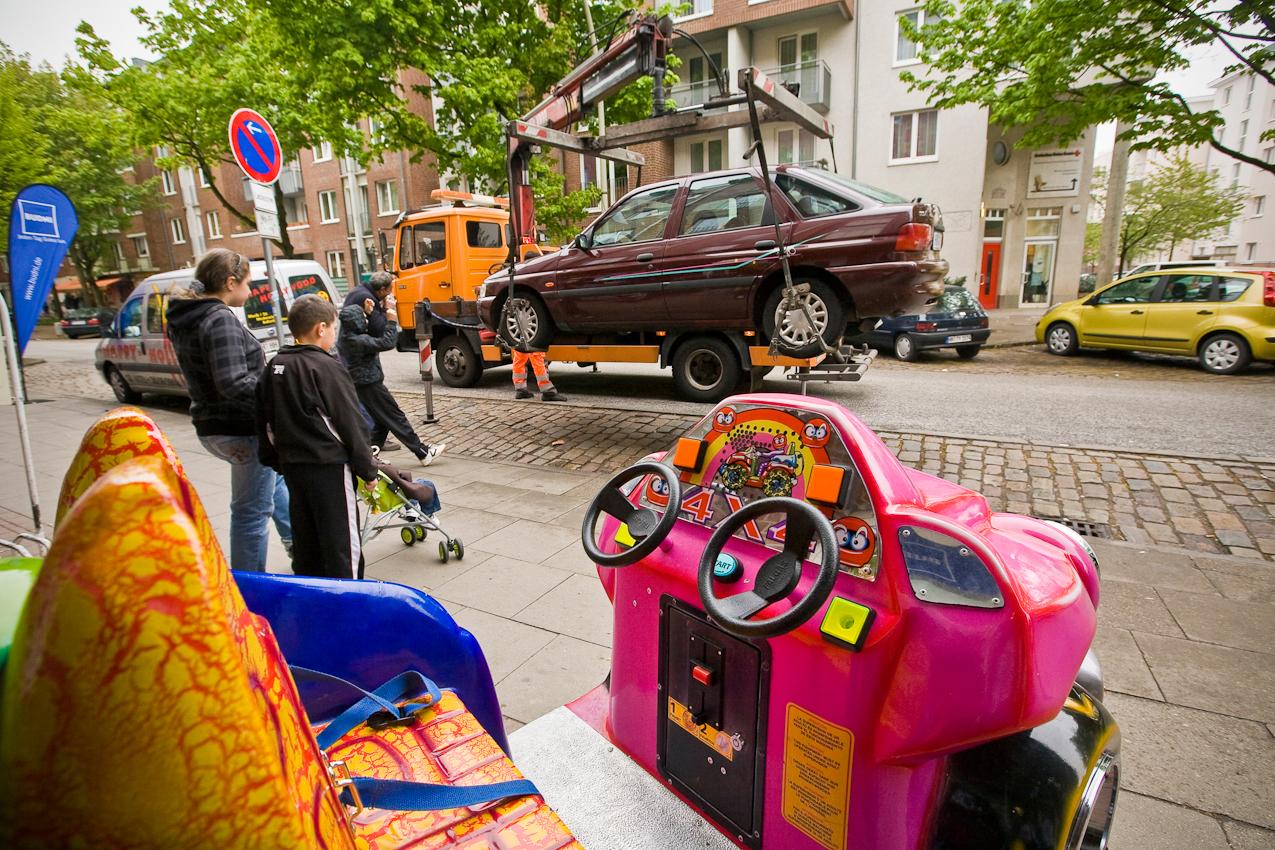 Pech am Freitagnachmittag. Ein Auto wird am Vogelhuettendeich in Wilhelmsburg abgeschleppt. Das Fahrzeug blockierte die Ladezone eines Drogeriemarktes.