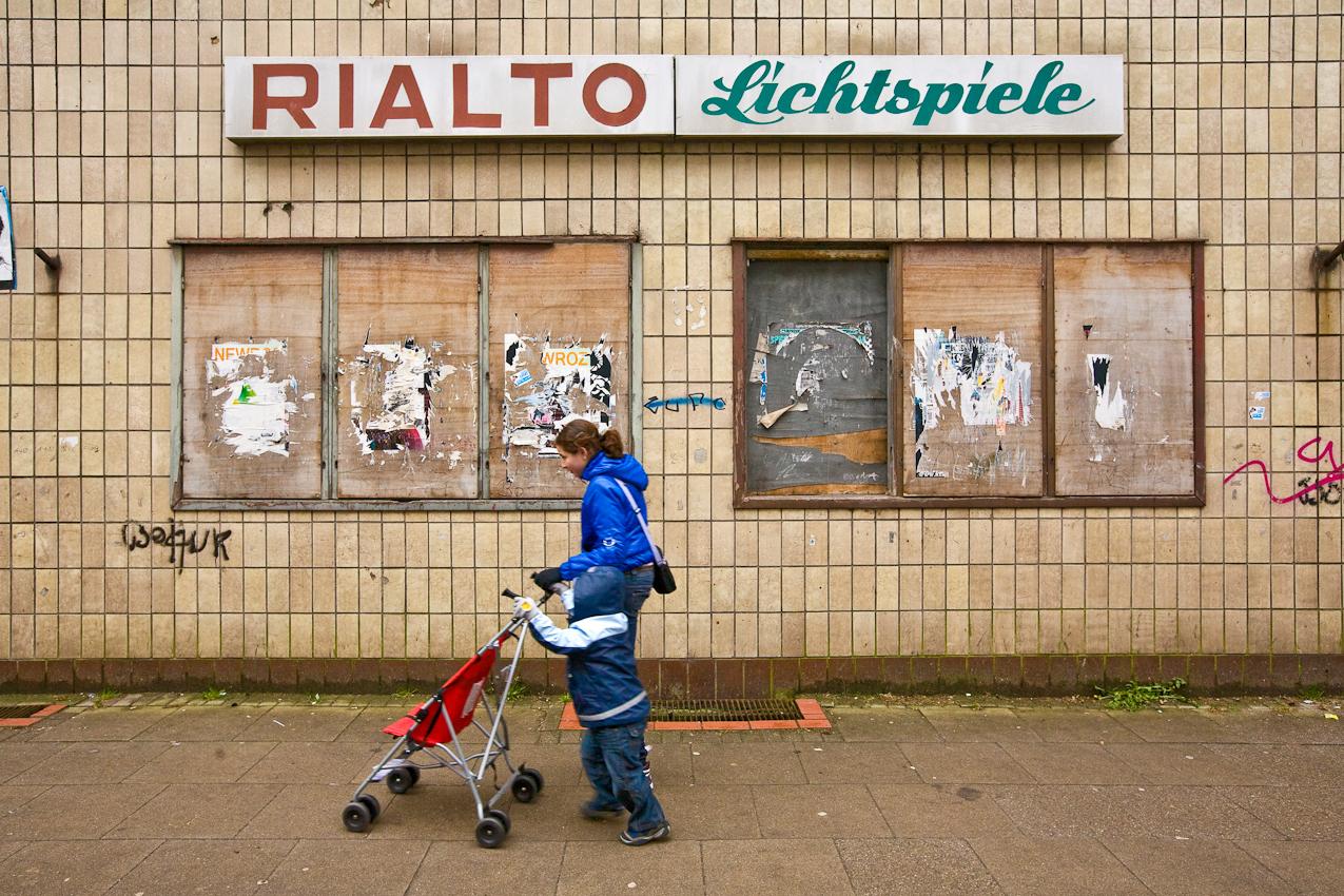 Trostlose Fassade des seit 1990 geschlossenen Kinos Rialto Lichtspiele in Wilhelmsburg.