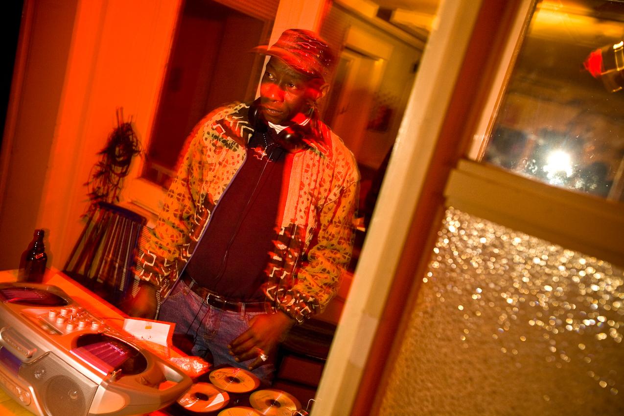 Kora Music und Afro Funk von DJ Djata im Suedbalkon, der Foerderkoje fuer Kunst u. Kultur in der Industriestrasse in Wilhelmsburg. Mohamed Mansore alias Djata aus Mali legt nur zu seiner Freude fuer Freunde Platten auf. Er lebt seit acht Jahren in Deutschland, zuletzt in Wilhelmsburg.