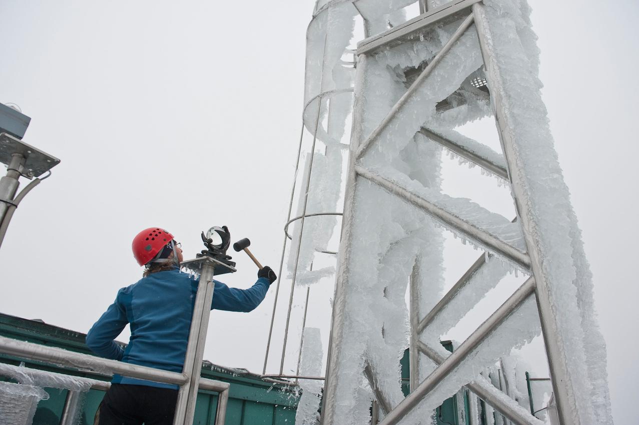 Wo kommt das Wetter her? - Ein Tag mit dem Wetterdiensttechniker Rene Sosna auf dem Brocken.  Rene Sosna befreit den Aufgang des Windmasten auf dem Dach der Wetterwarte von mehreren Zentnern Eis, welches sich nach stundenlangen Eisregen daran fest gesetzt haben. Doch das Eis muss runter, da es ansonsten unkontrolliert herabstürzen kann.