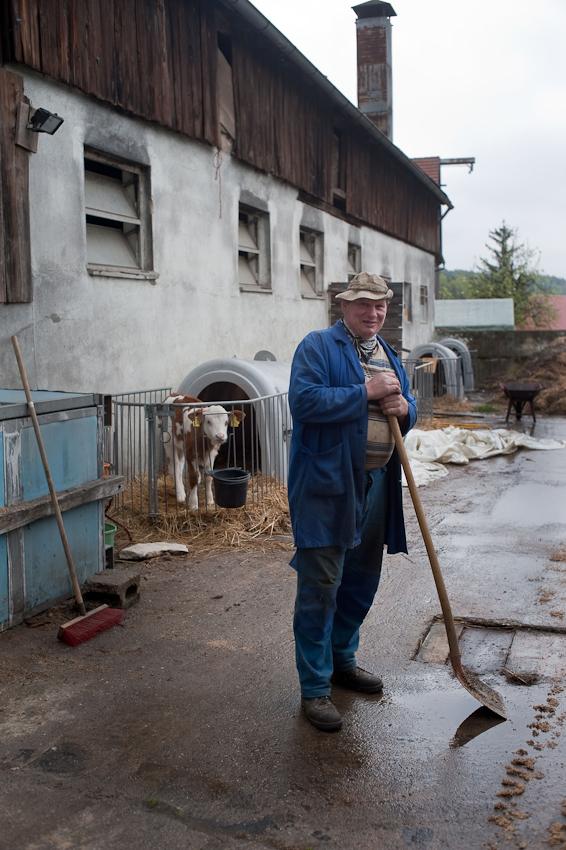 Ein Tag in dem 140-Einwohner-Dorf Laibarös. Portrait eines Landwirts auf seinem Hof (Georg Weiß)