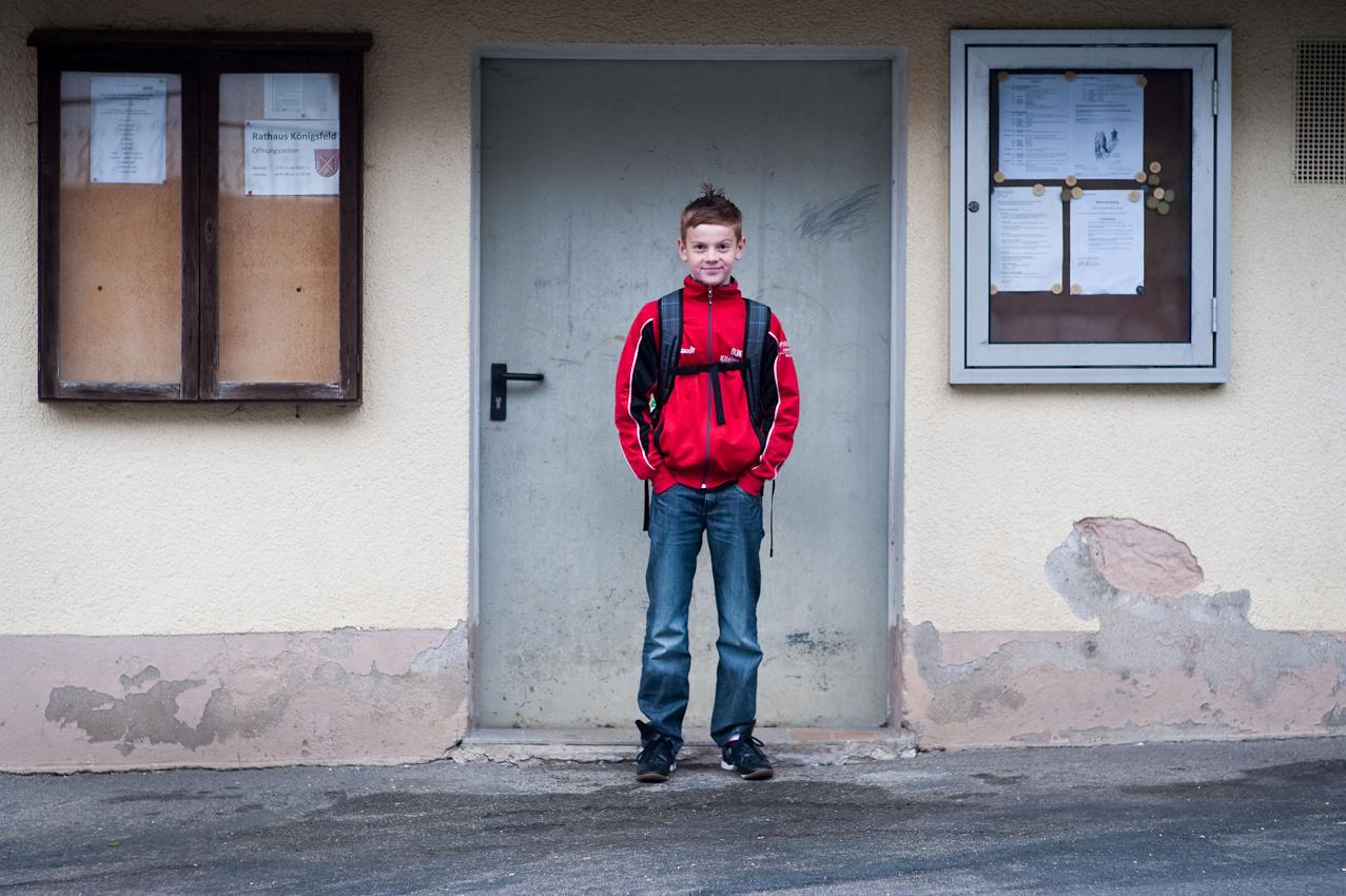 Ein Tag in dem 140-Einwohner-Dorf Laibarös. 13jähriger Schüler wartet auf den Schulbus.