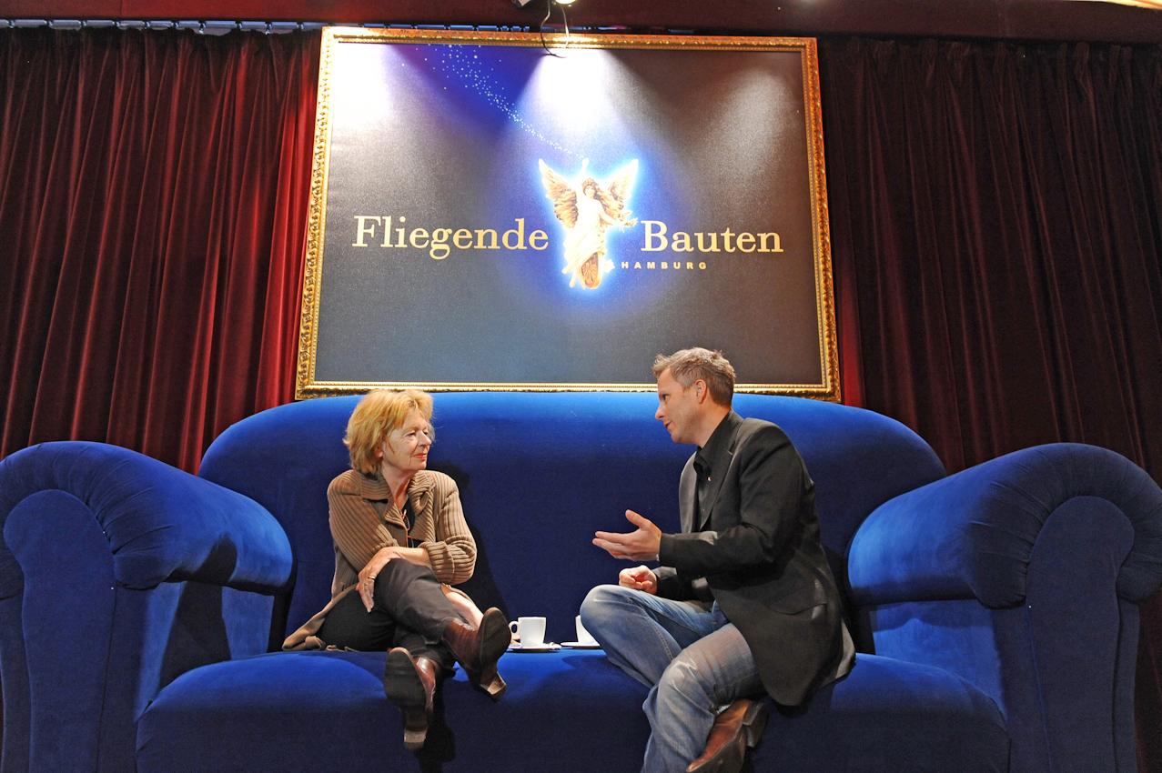 Abendblatt Fotograf Andreas Laible 2.Termin 7 Mai 2010  11:43: Heike Gaetjen interviewt Ingo Hagemann, den Chef der Fliegenden Bauten auf dem Sofa im Zelt der Fliegenden Bauten