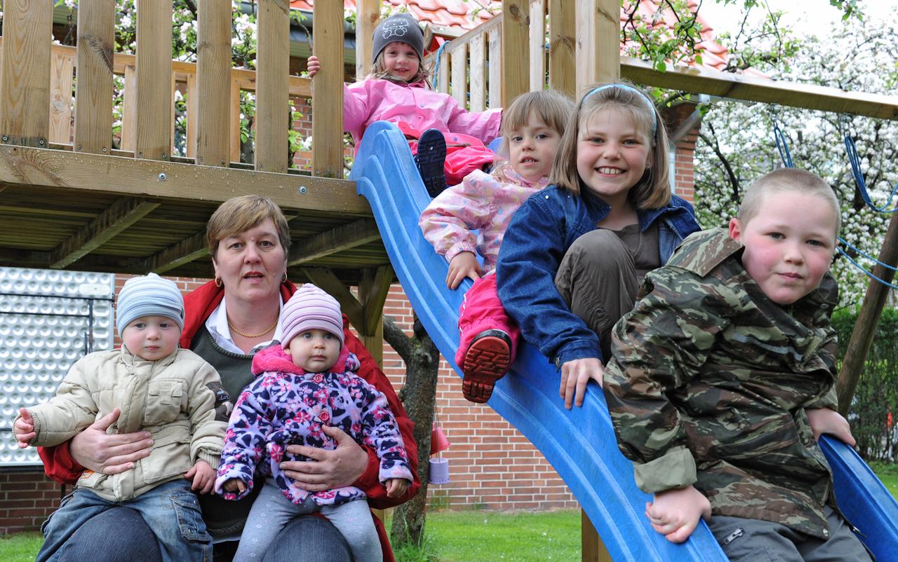 """Tagesmutter Angela Ruge mit """"ihren"""" Kindern: Nico (6), Denise (4), Marisa (3), Loris (1), Stella (1);"""