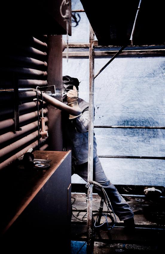 Schweisser Mustafa Uygur schweisst eine Naht am neuen Heizkessel. Im Bonner Heizkraftwerk werden Vorbereitungen für den Einbau des neuen Heizkessels getroffen.