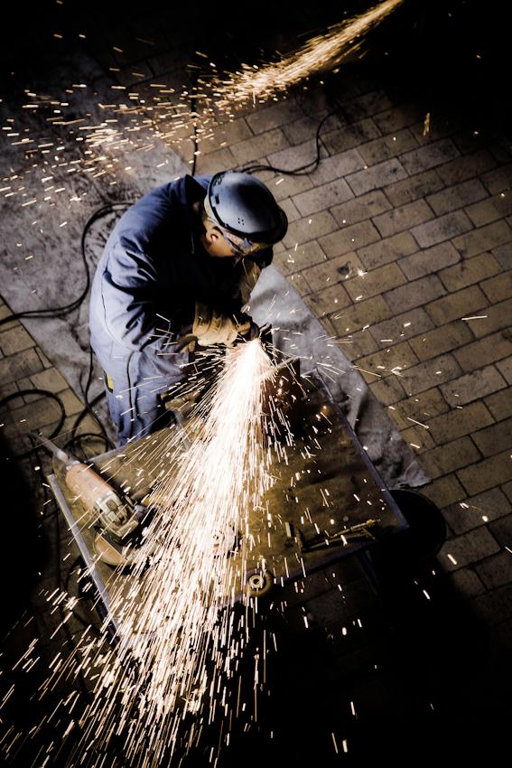 Stahlbauer bereiten die Unterkonstruktion des neuen Kessels vor. Im Bonner Heizkraftwerk werden Vorbereitungen für den Einbau des neuen Heizkessels getroffen.