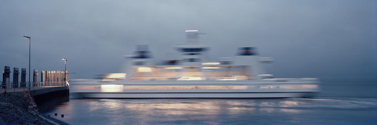 21:15 Uhr. Ankunft der letzten Fähre am Hafen von Norderney. Freitags fährt die letzte Fähre der AG Norden Frisia erst um 20:30 Uhr von Norddeich in Richtung Norderney, um Insulanern die Möglichkeit zu geben, nach einem Arzt- und Einkaufstag oder einer Arbeitswoche fern der Insel rechtzeitig zum Wochenende nach Hause zu kommen.