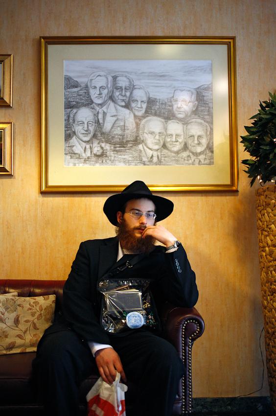 Jehoshua Berkovicz wartet in der Lobby des Hotels President in Berlin auf einen anderen Juden, um ihm gute Wünsche zum Schabbat zu überbringen.