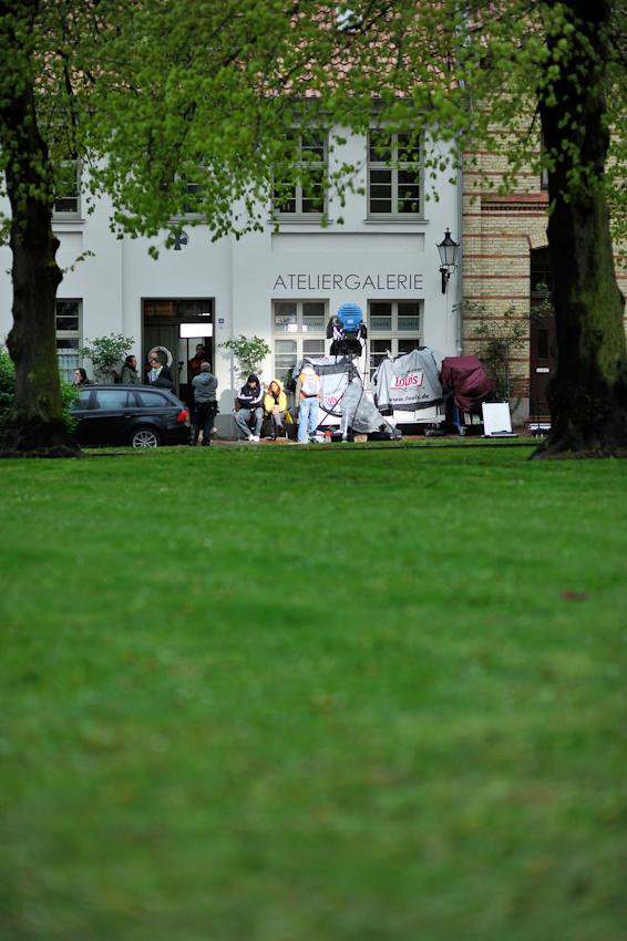 07.05.2010, Wismar, Mecklenburg-Vorpommern: 24. Drehtag der ZDF-Vorabend-Serie SOKO Wismar. Aus der Langzeit-Dokumentation der Filmarbeiten 2010, hier: warten, Regen, warten - Geduld ist eine zwingende Voraussetzung am Filmset.