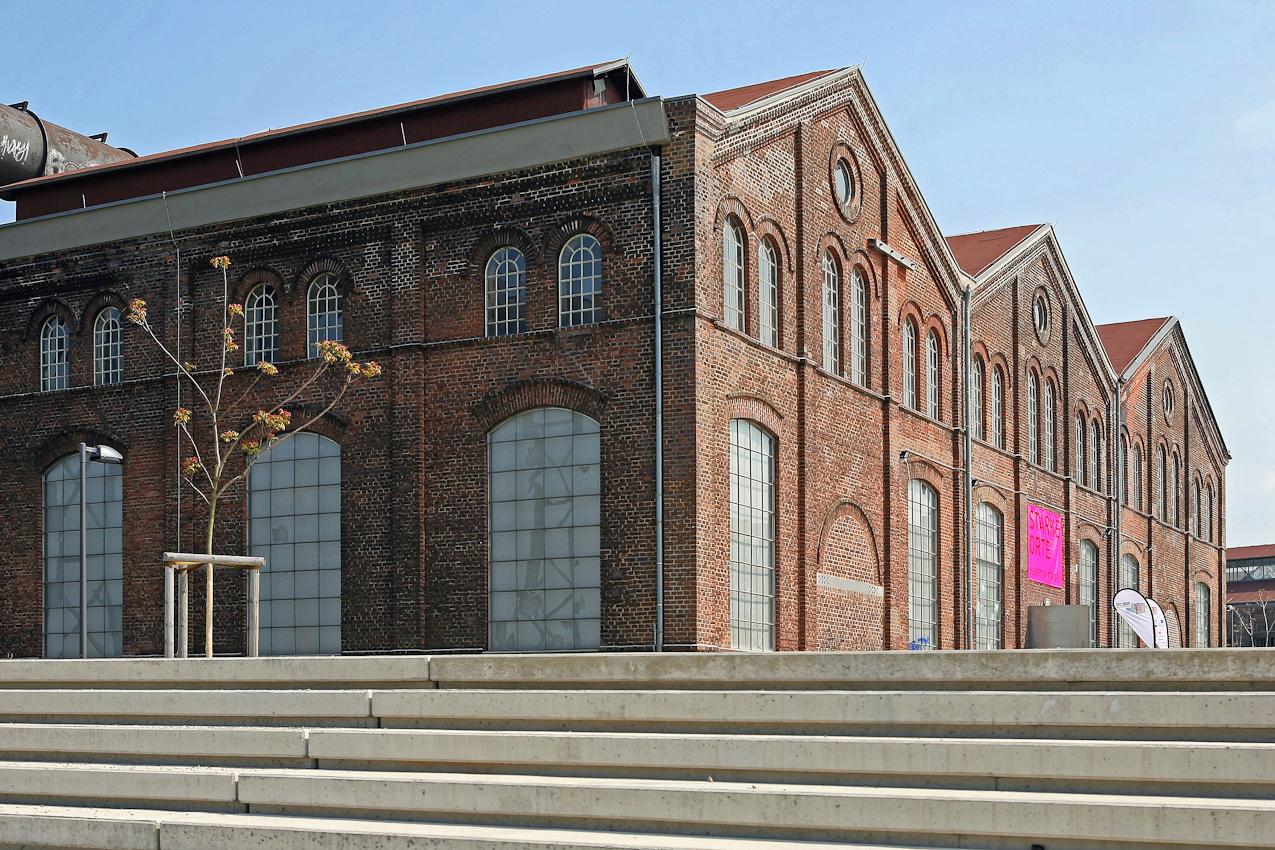 """PHOENIX HALLE, Dortmund - Horde. Hochofenstrasse  --- Die Phoenix Halle wurde einst fur den benachbarten Hochofen als Gasgeblasehalle genutzt. Spater wahrend der noch laufenden Hochofenproduktionen diente die Halle als Ersatzteillager. Im Laufe des Strukturwandels wurde diese Phoenix Halle in eine Ausstellungshalle fur Kunstausstellungen umgewandelt. Wichtig war, dass die Grundarchitektur in der Halle erhalten blieb. Das Bild zeigt die jungste Ausstellung im Rahmen der Ruhr 210 Kulturhauptstadt """" STARKE ORTE"""". Organisiert von vier Dortmunder Kunstlervereinigungen. In diesem Bild wird deutlich wie aus einer alten Industrieanlage eine neue Wandlung, hier zur Kunst, sinnvoll umgesetzt wurde."""
