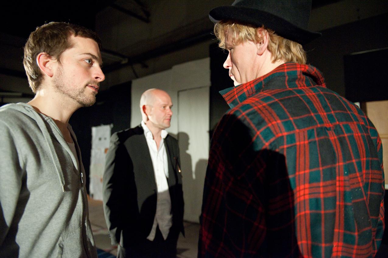 """Die Probebühne des Maxim Gorki Theaters Berlin. Regisseur Dominic Friedel (links) und die Schauspieler Robert Kuchenbuch und Gunnar Teuber studieren das Stück """"Die Überflüssigen"""" von Philipp Lohle ein."""