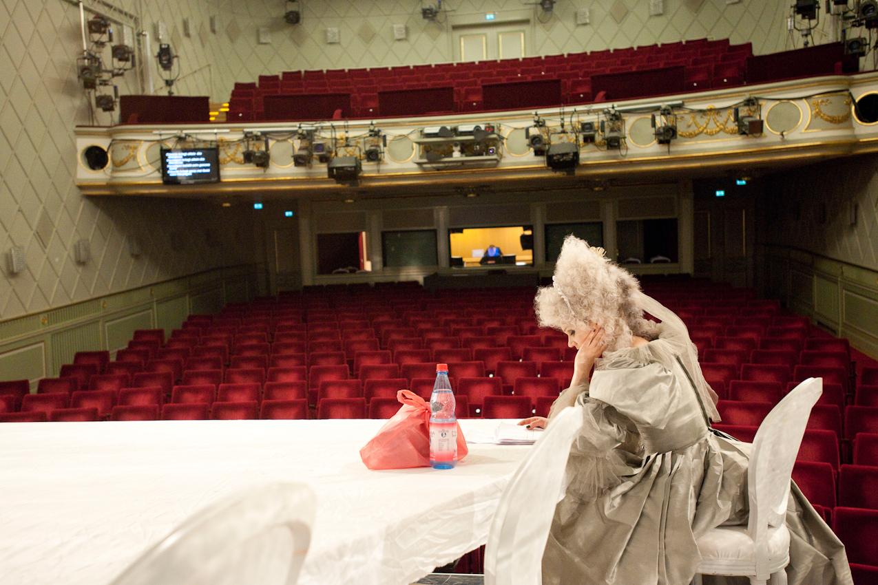 """Kurz vor der Vorstellung: Die Schauspielerin Hilke Altefrohne geht noch einmal ihren Text durch. Gezeigt wurde am 7. Mai 2010 im Maxim Gorki Theater Berlin """"Der Geizige"""" von Peter Licht (nach Molière)."""