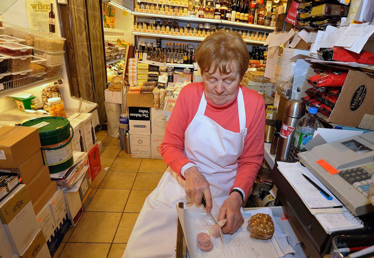 Irmgard Heil hat meistens keine Zeit für eine Mittagspause, sondern richtet sich zwischendurch ein belegtes Brötchen her, wobei ihre Schublade dieses Mal als Ablage dient.