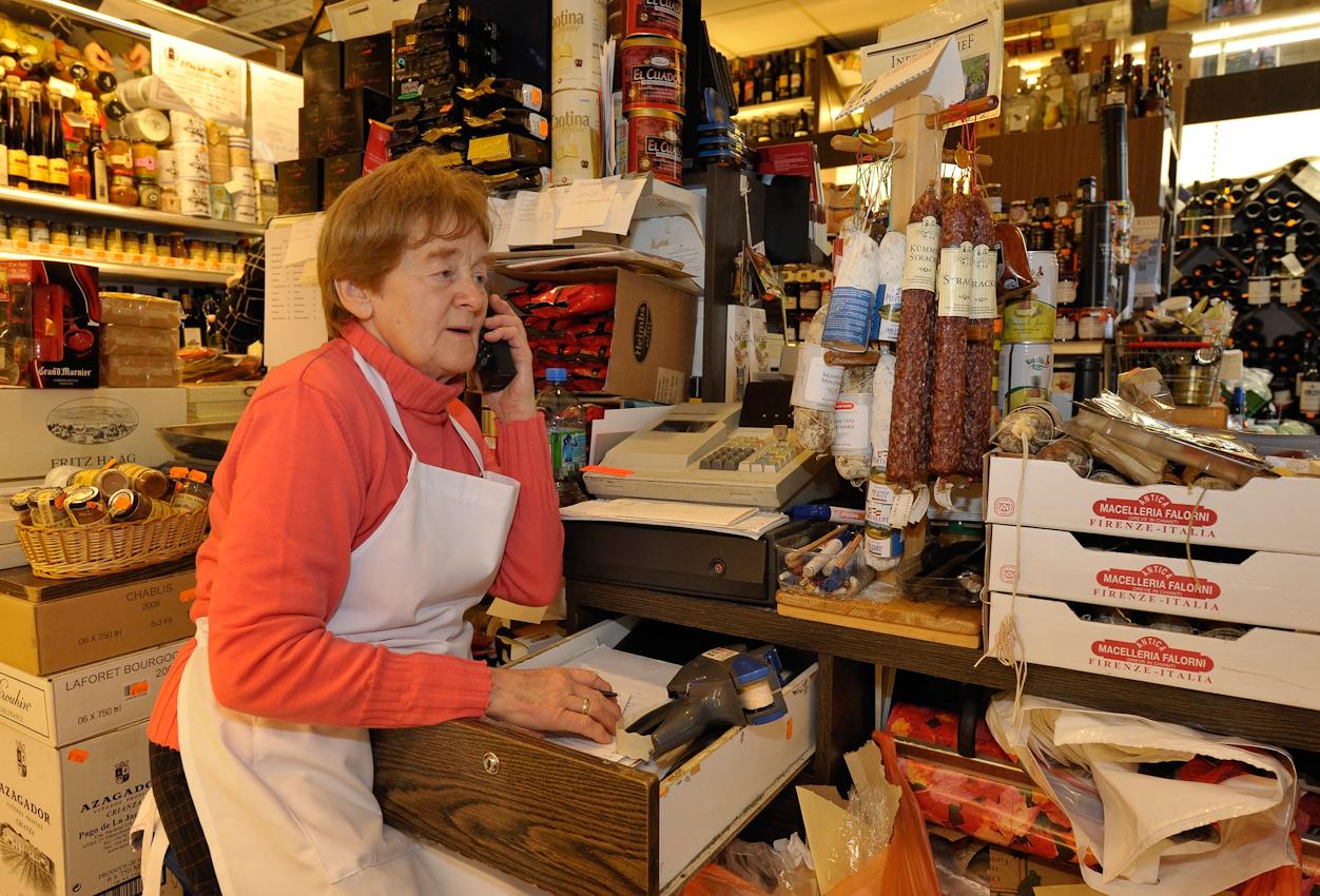 Irmgard Heil nimmt Kundenbestellungen entgegen, die sie dann auf kleine Zettel schreibt und an das Regal hinter sich klebt.