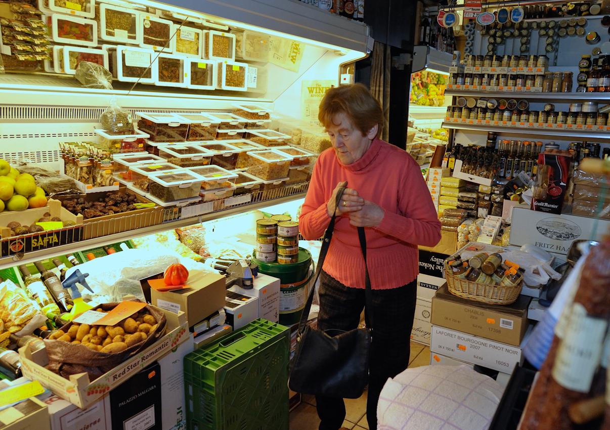 Irmgard Heil ist die letzte im Laden und nachdem sie alles noch einmal kontrolliert hat, macht sie die Lichter aus und fährt müde nach fast 12 Stunden Arbeit nach Hause.