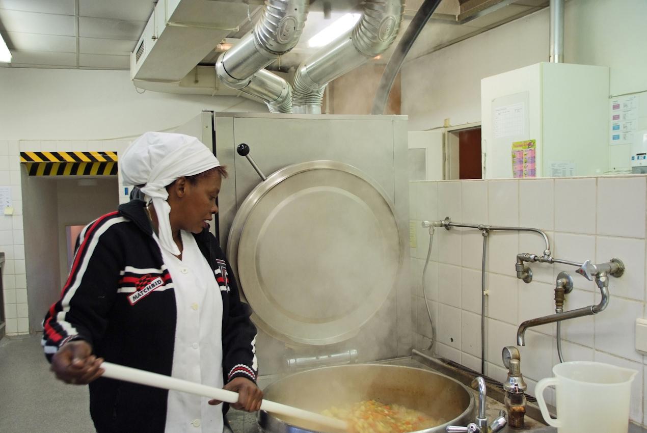 Um elf Uhr ist die Suppe beinahe fertig gekocht. Die ersten Mittagsgäste kommen - wie jeden Tag - eine halbe Stunde vor der Zeit und warten im Speiseraum gemeinsam auf die Essensausgabe.