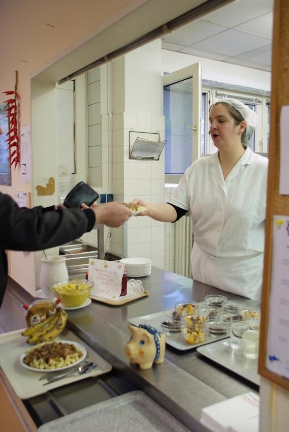 """Suppe mit Wurst oder Nudeln mit Gulasch für 2,60 Euro inklusive Getränk und Nachtisch. Salat 50 Cent. """"Die älteren koennen nicht mehr selbst kochen und kommen sonst auch nicht unter Leute"""", sagt Melanie. Fär sie ist es ein gutes Gefuehl, anderen zu helfen. (alle Namen geändert)"""